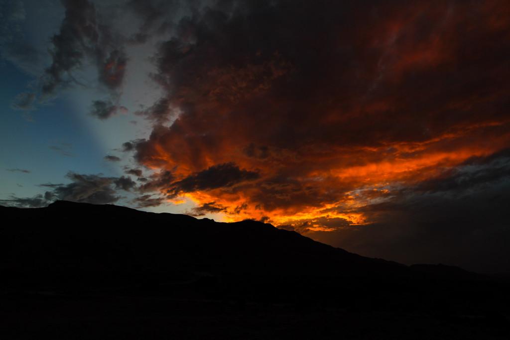 Sonnenuntergang über die Berge an der Küste