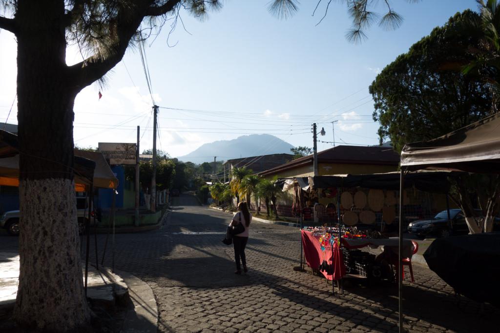 Ein Volcan im fernen Hintergrund