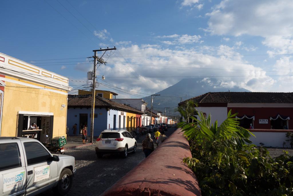 Blick auf den Volcan de Agua von Antigua Guatemala aus.