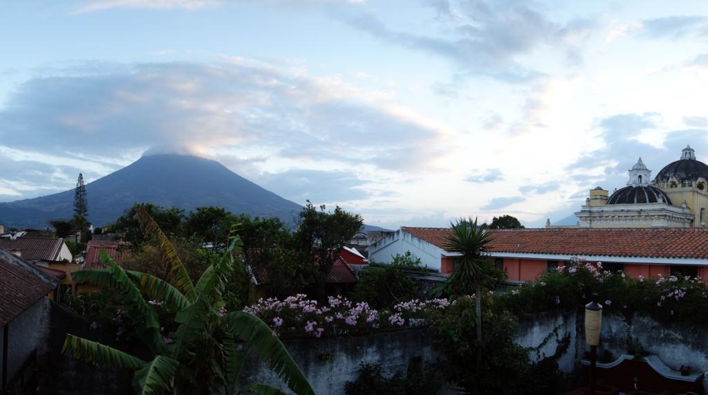 Blick auf den Volcan de Agua von unserem Hosteldach aus!
