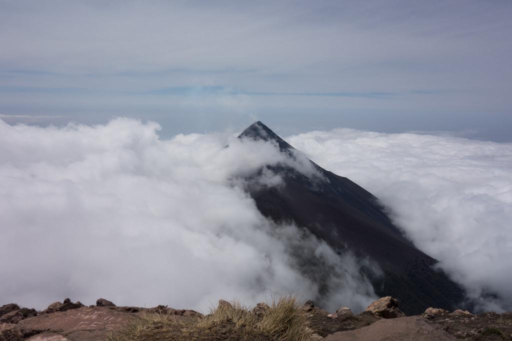 Nach langem beschwerlichem Aufstieg der Blick auf den aktiven Vulcan de Fuego.