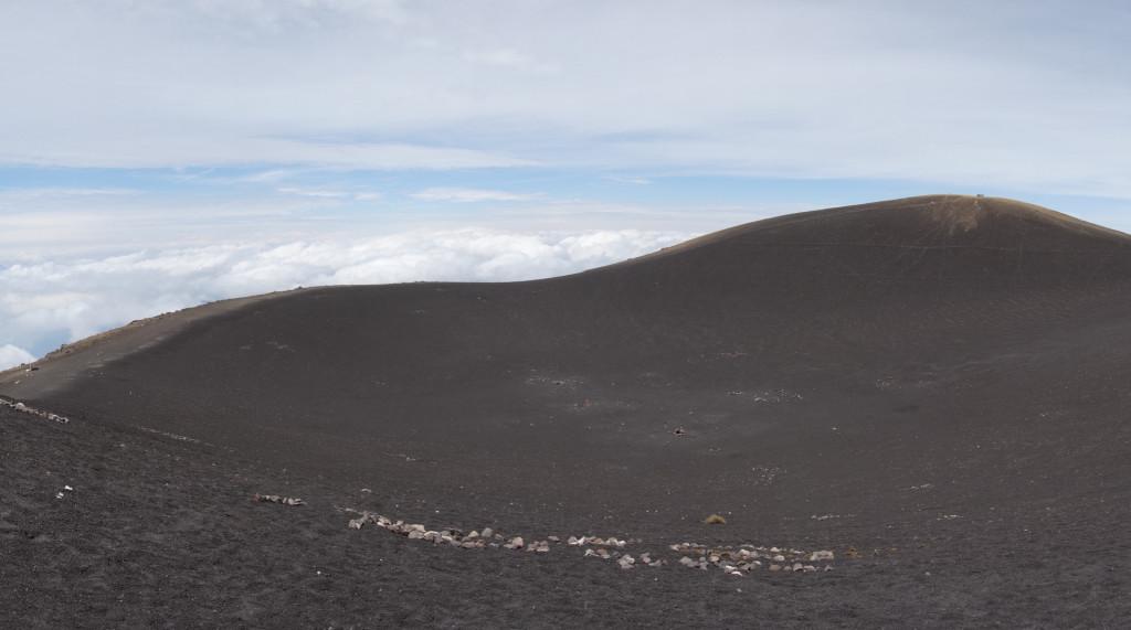Blick in den ruhenden Krater des Volcan de Atacenango.