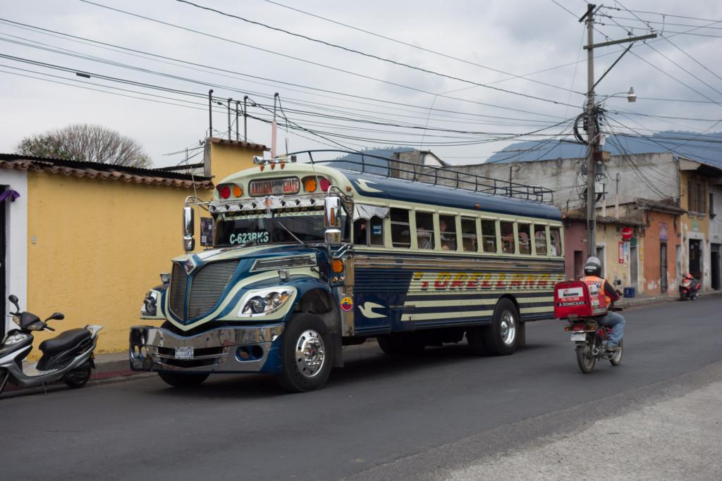Ein typischer lokaler Bus. Basierend auf einem alten amerikanischen Bus der mit einem stärkeren Motor ausgerüstet wird damit er schneller durch die Berge kommt, verkürzt wird damit er besser um die Kurven kommt und innen mit engeren Sitzreihen ausgestattet wird :)